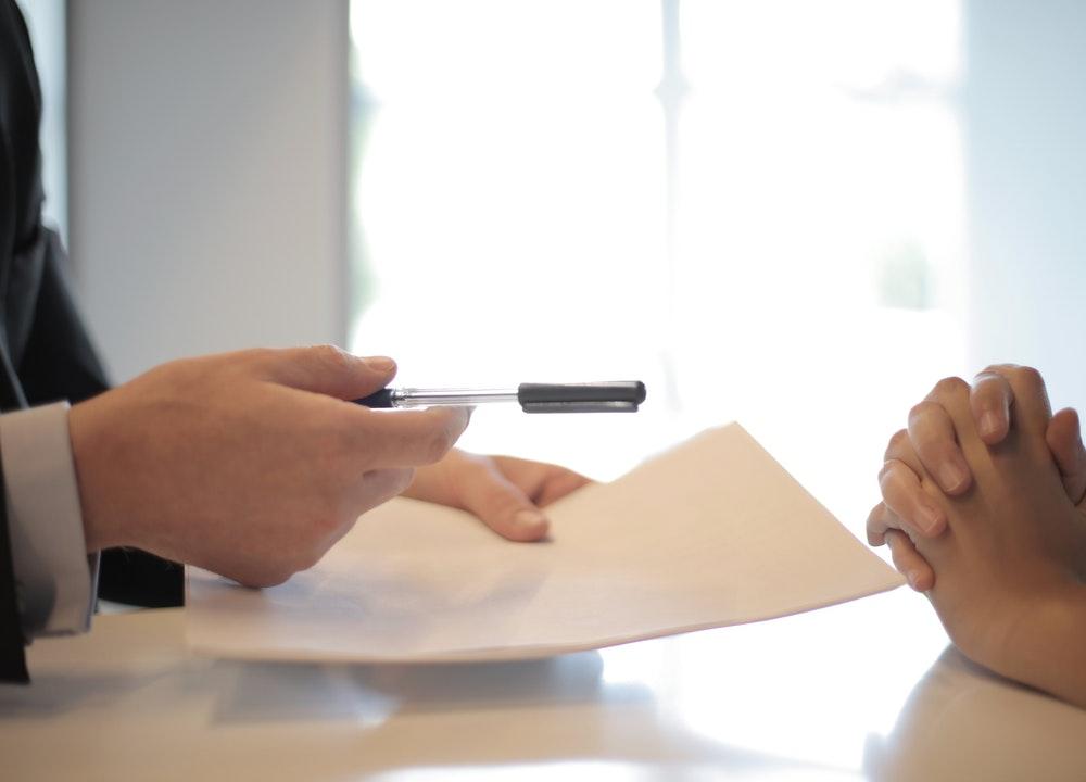 Ponte en contacto con la inmobiliaria que gestione los pisos de alquiler y concreta una cita